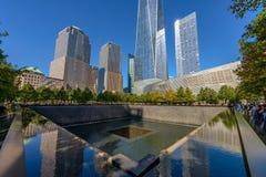 НЬЮ-ЙОРК - США - 19-ое октября 2017 - люди приближают к башне свободы и Стоковые Фотографии RF