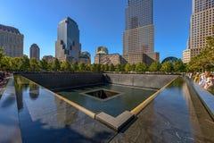 НЬЮ-ЙОРК - США - 19-ое октября 2017 - люди приближают к башне свободы и Стоковое Изображение RF