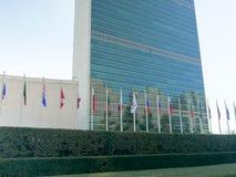 НЬЮ-ЙОРК, НЬЮ-ЙОРК, США - 16-ОЕ СЕНТЯБРЯ 2015: близкий поднимающий вверх взгляд экстерьера Организации Объединенных Наций строя,  стоковые изображения