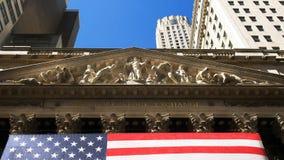 НЬЮ-ЙОРК, НЬЮ-ЙОРК, США - 15-ОЕ СЕНТЯБРЯ 2015: близко вверх переднего экстерьера нью-йоркской биржи стоковое фото rf