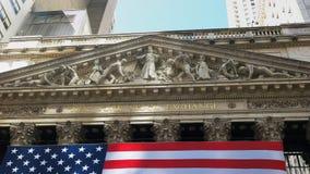 НЬЮ-ЙОРК, НЬЮ-ЙОРК, США - 15-ОЕ СЕНТЯБРЯ 2015: конец вверх снял экстерьера фондовой биржи стоковое фото