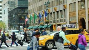 Нью-Йорк, США, сентябрь 2018: Оживленная улица в сердце бульвара Манхэттена - Madison видеоматериал