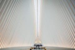 НЬЮ-ЙОРК, США - 23-ЬЕ ФЕВРАЛЯ 2018: Архитектурноакустический интерьер Oculus в центре Уолл-Стрита в Манхэттене стоковые изображения rf