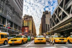 Нью-Йорк Таймс строя и характерное желтое такси, o Стоковая Фотография