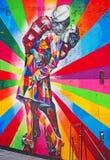 Нью-Йорк: целующ настенные росписи пар 16-ого сентября 2014 Стоковые Изображения RF