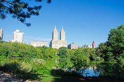 Нью-Йорк, Central Park: пруд, отражения и San Remo строя 14-ого сентября 2014 Стоковые Изображения