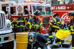 НЬЮ-ЙОРК - JJujy 02, 2018: Отделения пожарной охраны нагнетают топливо от автомобиля после аварии Стоковая Фотография