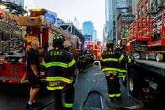 НЬЮ-ЙОРК - Jujy 02, 2018: Отделения пожарной охраны нагнетают топливо от автомобиля после аварии Стоковое Изображение