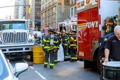 НЬЮ-ЙОРК - Jujy 02, 2018: Отделения пожарной охраны нагнетают топливо от автомобиля после аварии Стоковые Фото