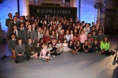 НЬЮ-ЙОРК, NY - 19-ОЕ МАЯ: Бросание представлений Matilda с моделями на модном параде детей падения 14 Ральф Лорен Стоковое Фото
