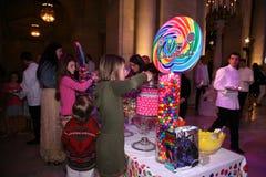 НЬЮ-ЙОРК, NY - 19-ОЕ МАЯ: Гости присутствуют на модном параде детей падения 14 Ральф Лорен Стоковые Изображения