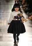НЬЮ-ЙОРК, NY - 19-ОЕ МАЯ: Модель идет взлётно-посадочная дорожка на модный парад детей падения 14 Ральф Лорен Стоковая Фотография RF