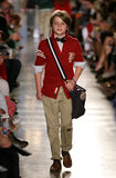 НЬЮ-ЙОРК, NY - 19-ОЕ МАЯ: Модель идет взлётно-посадочная дорожка на модный парад детей падения 14 Ральф Лорен Стоковая Фотография