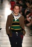 НЬЮ-ЙОРК, NY - 19-ОЕ МАЯ: Модель идет взлётно-посадочная дорожка на модный парад детей падения 14 Ральф Лорен Стоковое фото RF