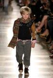 НЬЮ-ЙОРК, NY - 19-ОЕ МАЯ: Модель идет взлётно-посадочная дорожка на модный парад детей падения 14 Ральф Лорен Стоковые Фотографии RF