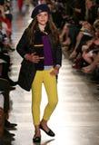 НЬЮ-ЙОРК, NY - 19-ОЕ МАЯ: Модель идет взлётно-посадочная дорожка на модный парад детей падения 14 Ральф Лорен Стоковые Изображения