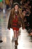 НЬЮ-ЙОРК, NY - 19-ОЕ МАЯ: Модель идет взлётно-посадочная дорожка на модный парад детей падения 14 Ральф Лорен Стоковое Изображение