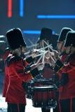 НЬЮ-ЙОРК, NY - 13-ОЕ НОЯБРЯ: Великобританские воинские барабанщики раскрывая великобританский этап нашествия модного парада 2013 В Стоковое Фото