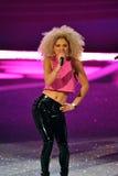 НЬЮ-ЙОРК, NY - 13-ОЕ НОЯБРЯ: Джунгли диапазона музыки неоновые выполняют на взлётно-посадочная дорожка на модном параде 2013 Викто Стоковое Фото