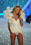 НЬЮ-ЙОРК, NY - 13-ОЕ НОЯБРЯ: Модельные прогулки Candice Swanepoel взлётно-посадочная дорожка на модном параде 2013 Виктории секрет Стоковые Фотографии RF
