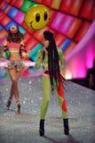 НЬЮ-ЙОРК, NY - 13-ОЕ НОЯБРЯ: Неоновые джунгли выполняют на взлётно-посадочная дорожка на модном параде 2013 Виктории секретном Стоковые Фотографии RF