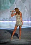 НЬЮ-ЙОРК, NY - 13-ОЕ НОЯБРЯ: Певица Тейлор стремительный выполняет на модном параде 2013 Виктории секретном Стоковая Фотография RF