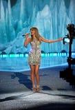 НЬЮ-ЙОРК, NY - 13-ОЕ НОЯБРЯ: Певица Тейлор стремительный выполняет на модном параде 2013 Виктории секретном Стоковое Изображение