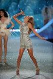НЬЮ-ЙОРК, NY - 13-ОЕ НОЯБРЯ: Певица Тейлор стремительный выполняет на модном параде 2013 Виктории секретном Стоковые Изображения