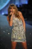 НЬЮ-ЙОРК, NY - 13-ОЕ НОЯБРЯ: Певица Тейлор стремительный выполняет на модном параде 2013 Виктории секретном Стоковое Изображение RF