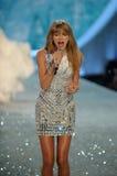 НЬЮ-ЙОРК, NY - 13-ОЕ НОЯБРЯ: Певица Тейлор стремительный выполняет на модном параде 2013 Виктории секретном Стоковая Фотография