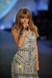 НЬЮ-ЙОРК, NY - 13-ОЕ НОЯБРЯ: Певица Тейлор стремительный выполняет на модном параде 2013 Виктории секретном Стоковые Изображения RF