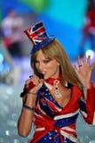 НЬЮ-ЙОРК, NY - 13-ОЕ НОЯБРЯ: Певица Тейлор стремительный выполняет на модном параде 2013 Виктории секретном Стоковое Фото