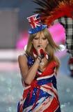 НЬЮ-ЙОРК, NY - 13-ОЕ НОЯБРЯ: Певица Тейлор стремительный выполняет на модном параде 2013 Виктории секретном Стоковые Фотографии RF