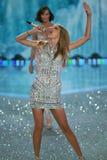 НЬЮ-ЙОРК, NY - 13-ОЕ НОЯБРЯ: Певица Тейлор стремительный выполняет на модном параде 2013 Виктории секретном Стоковое фото RF