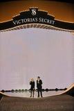 НЬЮ-ЙОРК, NY - 13-ОЕ НОЯБРЯ: Покажите хозяев раскрывая модный парад 2013 Виктории секретный Стоковые Изображения