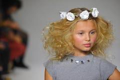 НЬЮ-ЙОРК, NY - 19-ОЕ ОКТЯБРЯ: Модель идет взлётно-посадочная дорожка во время предварительного просмотра шарма на неделе моды дет Стоковое Фото