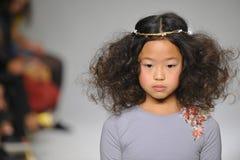 НЬЮ-ЙОРК, NY - 19-ОЕ ОКТЯБРЯ: Модель идет взлётно-посадочная дорожка во время предварительного просмотра шарма на неделе моды дет Стоковое фото RF
