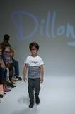 НЬЮ-ЙОРК, NY - 19-ОЕ ОКТЯБРЯ: Модель идет взлётно-посадочная дорожка во время предварительного просмотра одежды Dillonger стоковое изображение