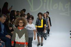НЬЮ-ЙОРК, NY - 19-ОЕ ОКТЯБРЯ: Прогулка моделей финал взлётно-посадочная дорожка во время предварительного просмотра одежды Dillon Стоковые Изображения