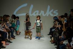 НЬЮ-ЙОРК, NY - 19-ОЕ ОКТЯБРЯ: Прогулка моделей финал взлётно-посадочная дорожка во время предварительного просмотра Clarks Стоковое Изображение RF