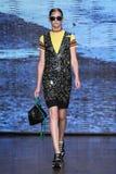 НЬЮ-ЙОРК, NY - 7-ОЕ СЕНТЯБРЯ: Модельная прогулка Anka Kuryndina взлётно-посадочная дорожка на собрании моды весны 2015 DKNY Стоковые Фото
