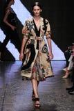НЬЮ-ЙОРК, NY - 8-ОЕ СЕНТЯБРЯ: Модельные прогулки Аманды Murphy взлётно-посадочная дорожка на модном параде 2015 весны Донны Karan Стоковая Фотография RF