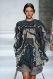 НЬЮ-ЙОРК, NY - 5-ОЕ СЕНТЯБРЯ: Модельные прогулки Liz Кеннеди взлётно-посадочная дорожка на модном параде Zimmermann Стоковое Изображение RF