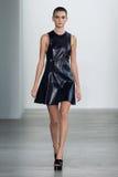 НЬЮ-ЙОРК, NY - 11-ОЕ СЕНТЯБРЯ: Модельные прогулки Tiana Perry взлётно-посадочная дорожка на модном параде собрания Calvin Klein Стоковое Изображение RF