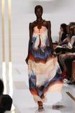 НЬЮ-ЙОРК, NY - 8-ОЕ СЕНТЯБРЯ: Модель идет взлётно-посадочная дорожка во время модного парада Дианы Von Furstenberg стоковое изображение rf
