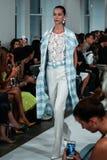 НЬЮ-ЙОРК, NY - 9-ОЕ СЕНТЯБРЯ: Модель идет взлётно-посадочная дорожка на модный парад Оскара De Ла Renta Стоковое Фото