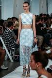 НЬЮ-ЙОРК, NY - 9-ОЕ СЕНТЯБРЯ: Модель идет взлётно-посадочная дорожка на модный парад Оскара De Ла Renta Стоковое Изображение RF