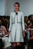 НЬЮ-ЙОРК, NY - 9-ОЕ СЕНТЯБРЯ: Модель идет взлётно-посадочная дорожка на модный парад Оскара De Ла Renta Стоковая Фотография