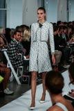 НЬЮ-ЙОРК, NY - 9-ОЕ СЕНТЯБРЯ: Модель идет взлётно-посадочная дорожка на модный парад Оскара De Ла Renta Стоковые Изображения RF