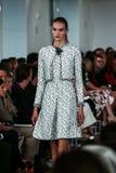НЬЮ-ЙОРК, NY - 9-ОЕ СЕНТЯБРЯ: Модель идет взлётно-посадочная дорожка на модный парад Оскара De Ла Renta Стоковое Изображение